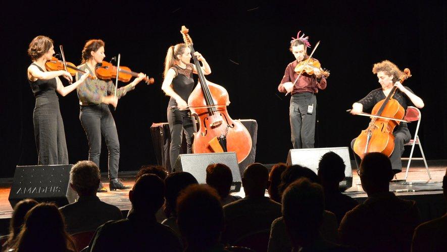 Le quintet Bumbac a transcendé le public par des échos de mélodies des Balkans.