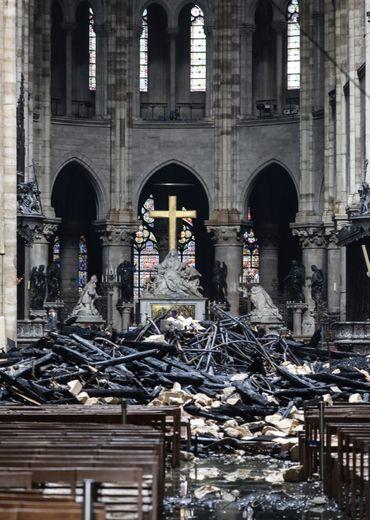 L'incendie qui a en partie détruit la cathédrale a fait fondre et s'écouler d'une part, libéré sous formes de particules d'autres part, les centaines de tonnes de plomb contenues dans la charpente de la flèche et la toiture.