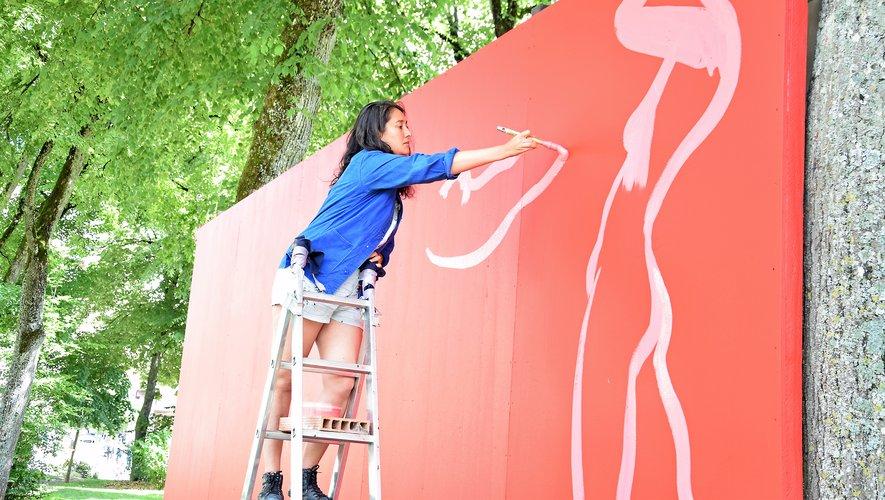 Olivia de Bona a débuté son oeuvre murale.
