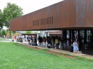 Tout au long de la journée, le musée a attiré les visiteurs.