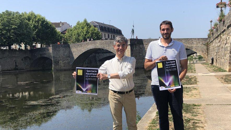 Le maire, Serge Roques, et Alexandre Mouly, de la société FWF concept, présentent le spectacle aquatique de la fin août.