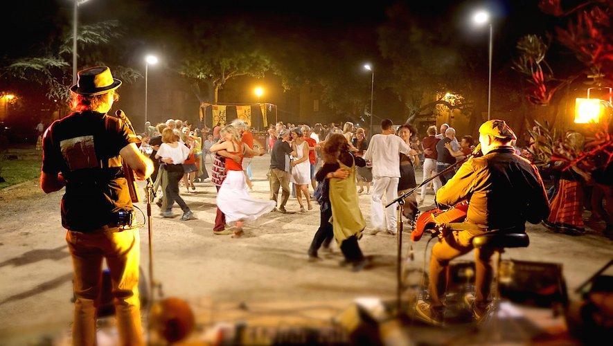 Castanha é Vinovèl incitent et invitent à la danse le public, toutes générations confondues.