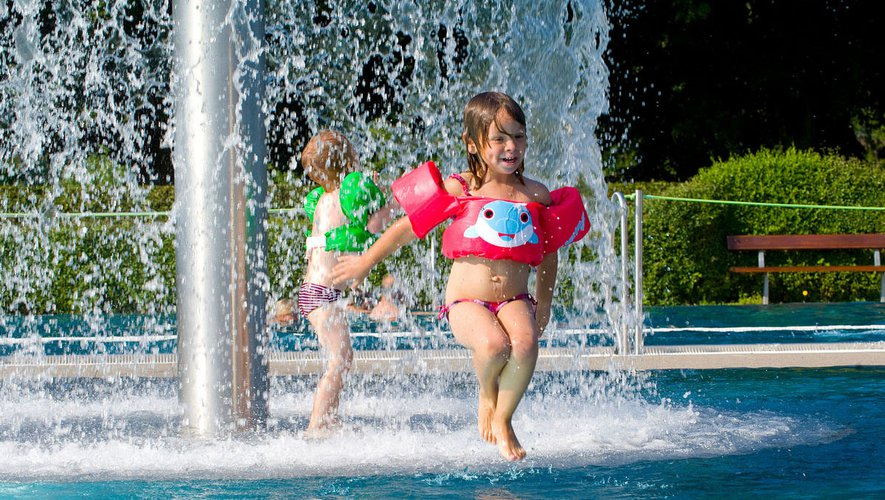 Bouée, brassard, puddle jumper : quels dispositifs contre les noyades ?