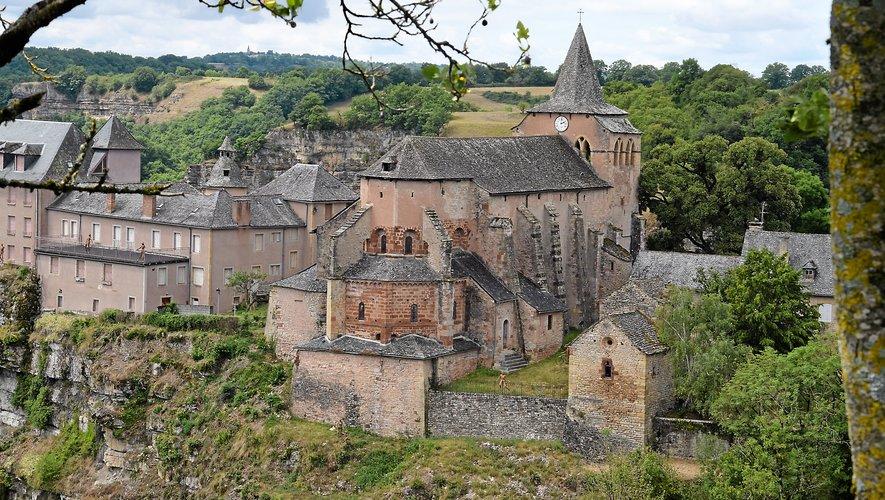 L'église Sainte-Fauste trône au sommet d'un éperon rocheux. À l'intérieur, ses piliers, sont légèrement penchés.