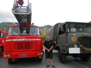 Bruno Desplos entre son impressionnant Berliet à grande échelle et son Simca militaire.