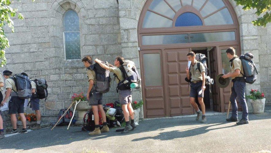 Le groupe de jeunes scouts en partance pour Sénergues pour une journée « désert ».
