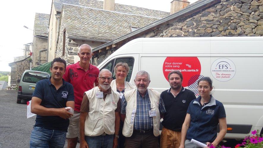 L'équipe de bénévoles et les sapeurs pompiers