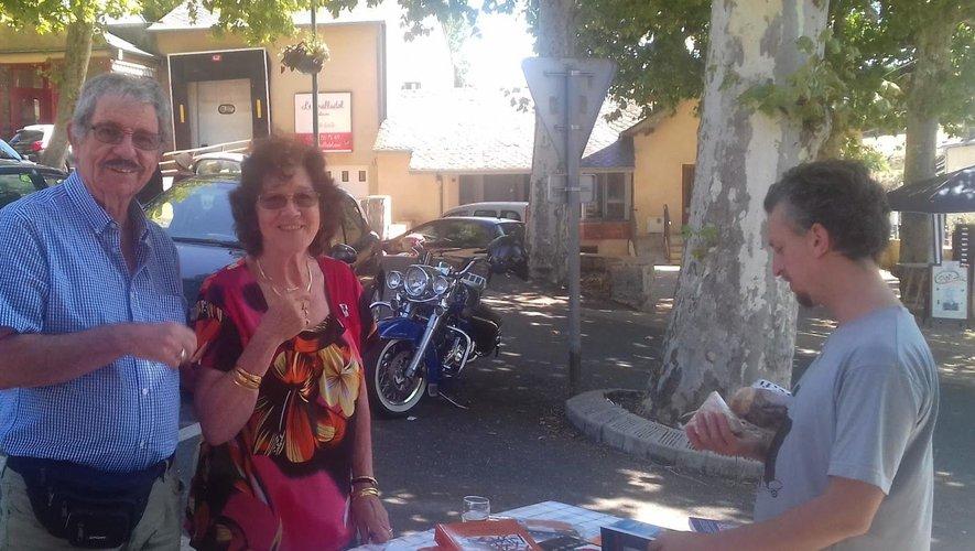 Les deux auteurs ont lancé les rencontres d'écrivains sur le marché du samedi./DDM.