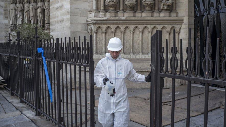 """Des concentrations élevées de plomb, supérieures à 7.000 µg/m², y ont été relevées et ont justifié """"une intervention spécifique"""", reconnaît la mairie de Paris."""