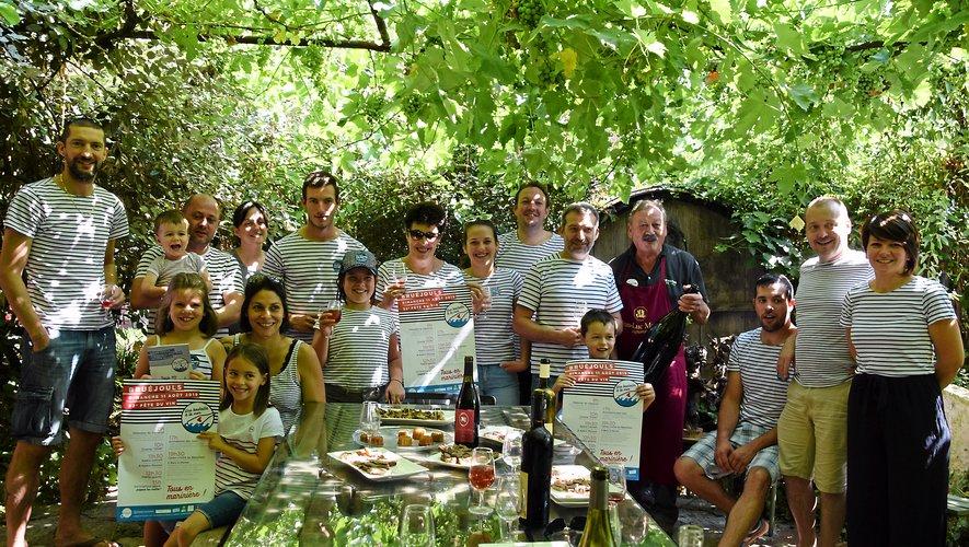 Une partie du Foyer rural en charge de la fête chez Jean-Luc Matha prêt déjà à ouvrir la dive bouteille !