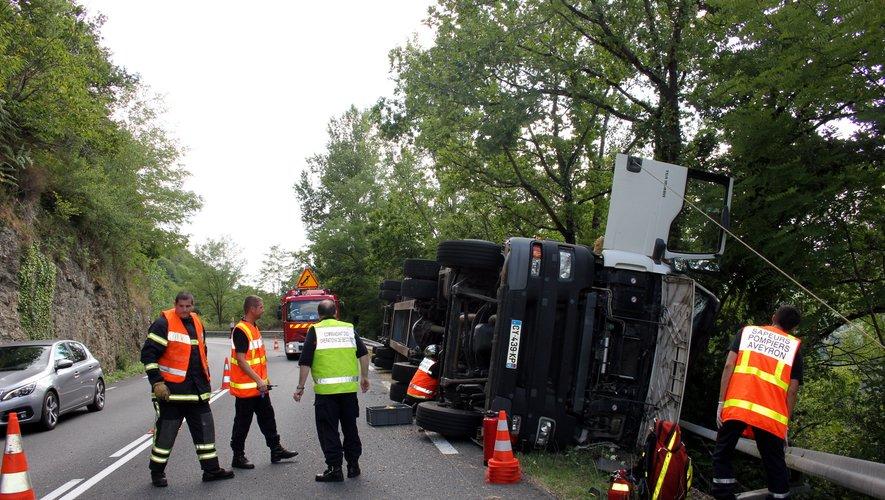 Decazeville côte des Estaques : un  camion paille renversé.