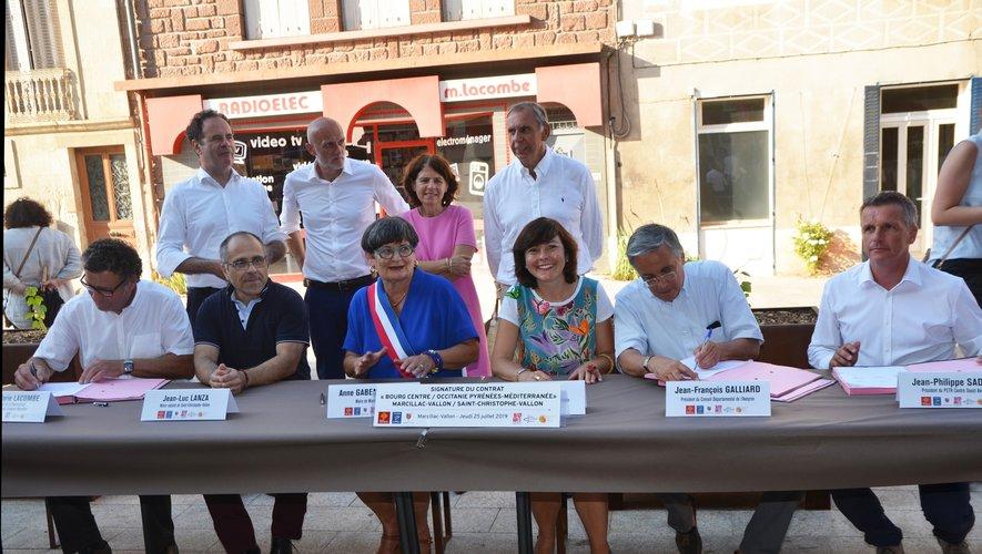 Les élus lors de la signature du projet.