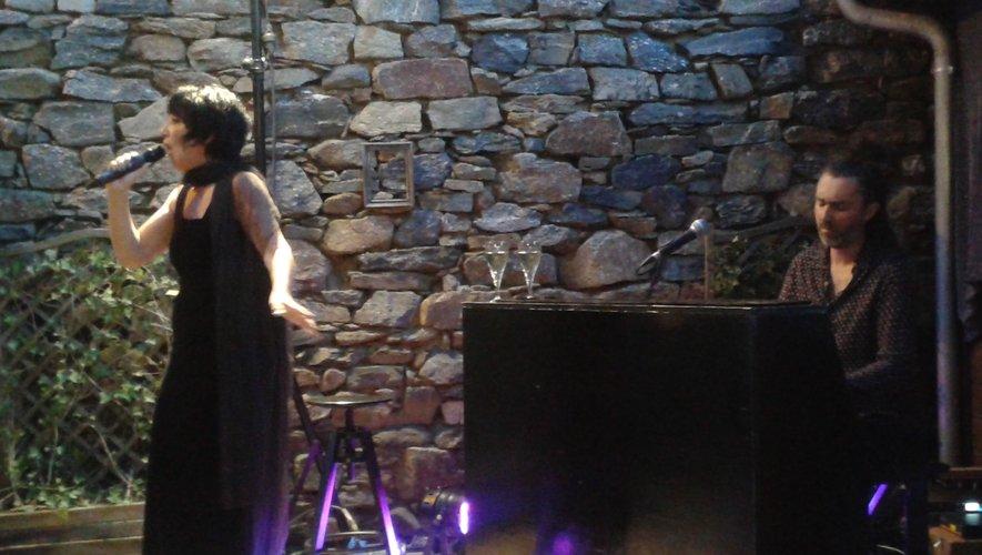 Chanson d'Elles, spectacle intimiste (chants et piano), mises en scène par les deux artistes.