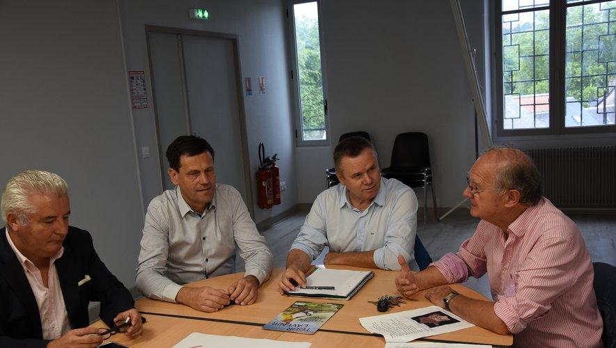 Philippe Colliou (au centre) est venu présenter aux élus les détails de l'étape aveyronnaise.