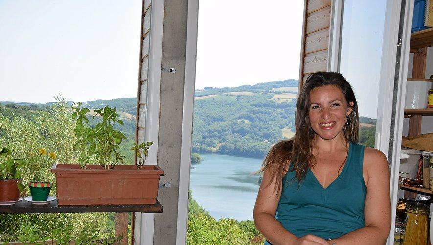 Pétillante, vivante, épanouie et gourmande de la vie, Céline Mistral a pris ses quartiers à Mandailles voilà huit ans, dans une maison avec vue imprenable sur le lac de Castelnau : « J'ai eu un coup de cœur. C'est tellement beau ! ».