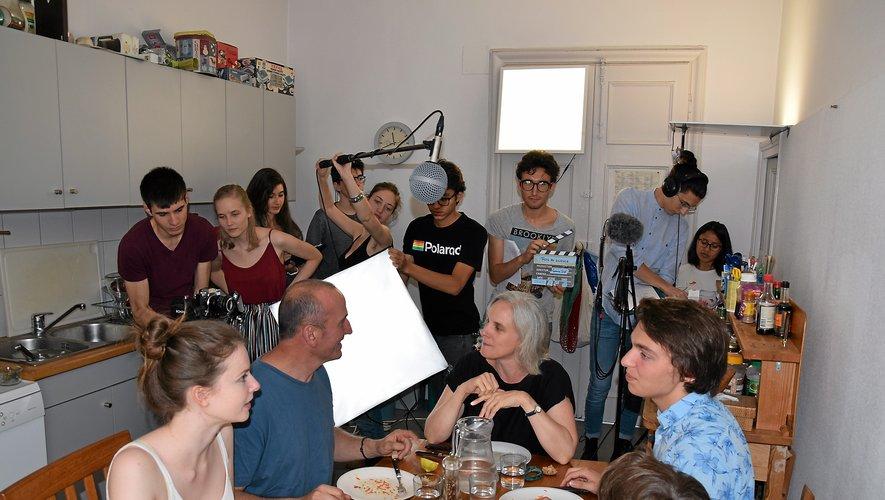 La Ruthénoise Garance Smith-Vaniz (2e debout à partir de la gauche) a tourné son court-métrage « Rois du silence » durant une semaine, fin juillet, notamment à Rodez, en extérieur et intérieur, et près de Valady.Photos Rui Dos Santos