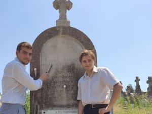Les membres du Souvenir français ont nettoyéla tombe de Charles – Paul Labougle.