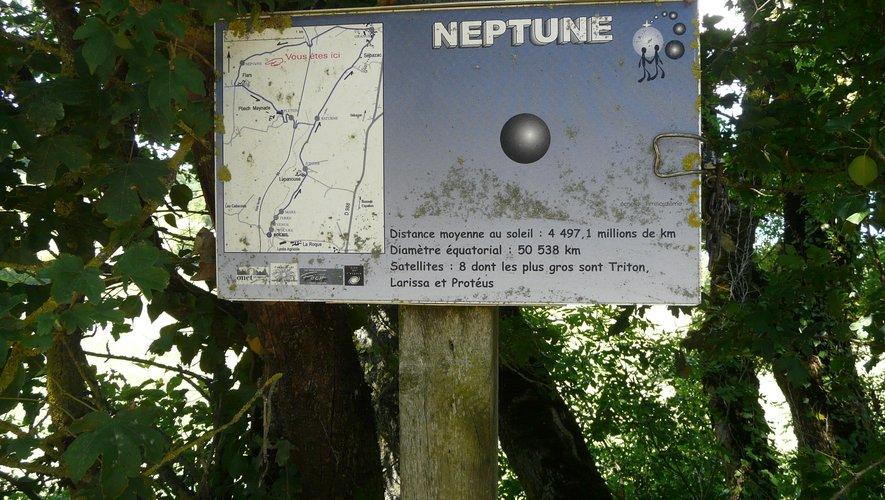 Neptune est la 7e planète (juste avant Pluton) à 4 497 millions de km du soleil, soit à 4,5 km dans notre balade.
