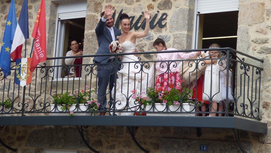 Les jeunes mariés au balconde la mairie
