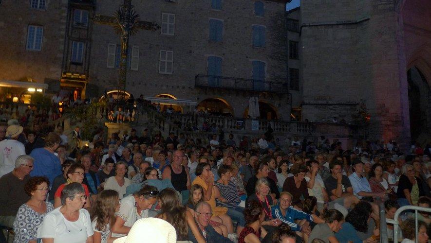 Le public, massé ici sur la place Notre-Dame, aura répondu présent sur toutes  les manifestations organisées dans les bastides pendant une semaine. Une vraie réussite.