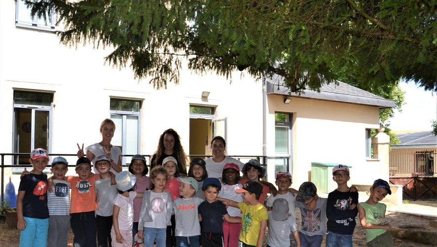 Luisa, Dorine et Inèsencadrent les enfants.
