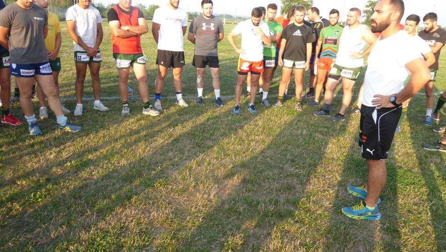 Le coach Alexandre de Barros donnant quelques consignes et objectifsaux joueurs lors de ce premier entraînement.
