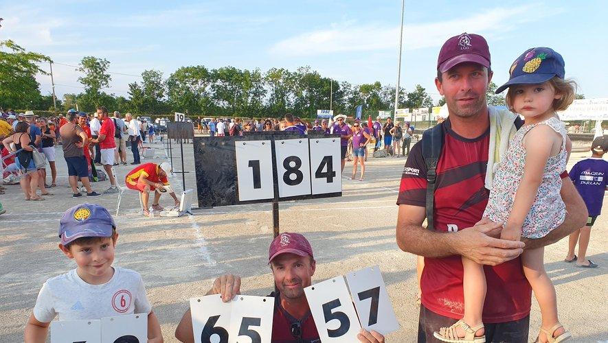 Fabien Albinet (debout) aux côtés de son frère Cédric affichant le nombre de quilles abattues lors de chaque partie.