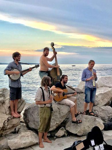Chansons françaises et musiques de l'Est avec ce groupe de copains musiciens et poètes.