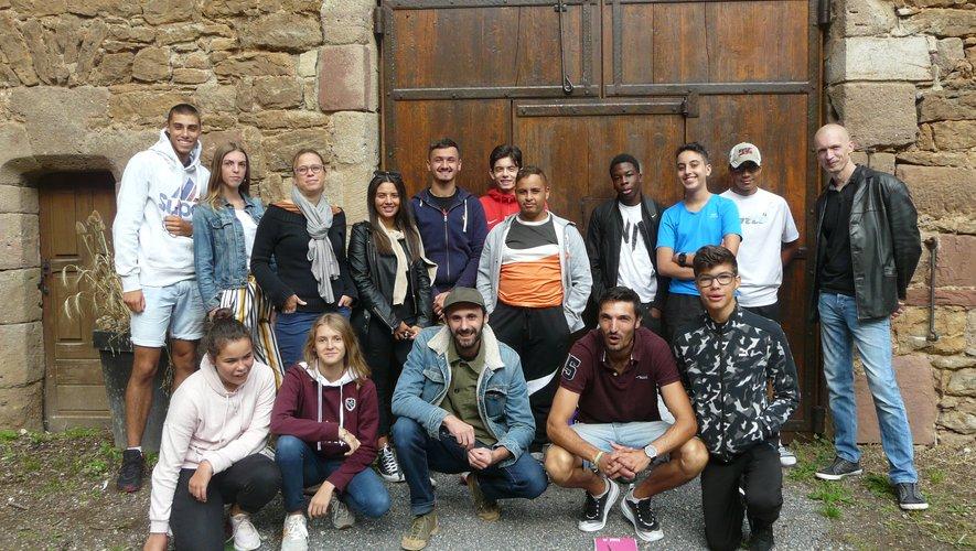 Les jeunes et les intervenants prêts pour l'aventure artistique.
