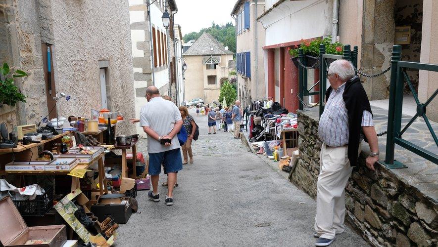 Chalands et exposants, rue Droite.