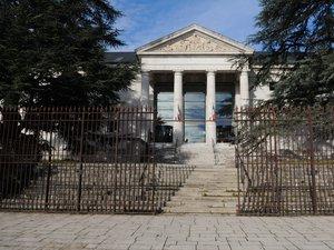 Le couple a également été condamné à verser plusieurs centaines d'euros de dommages et intérêts envers les policiers outragés.