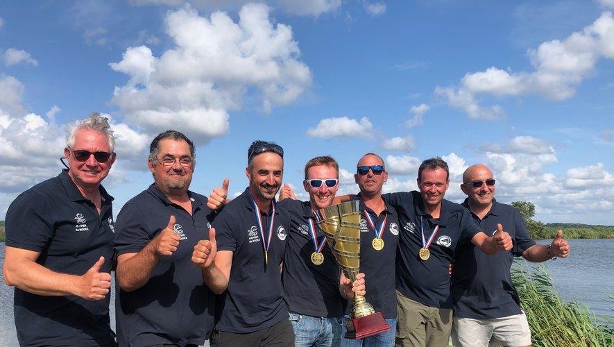 Le président Vincent Hurtes (3e en partant de la gauche) tout heureux de ce titre par équipe.