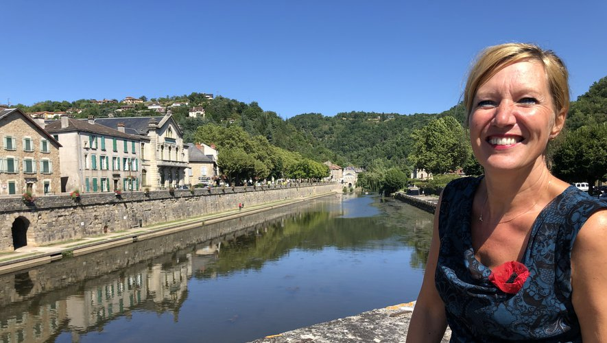 Véronique Odrian sur le pont des Consulsqui franchit la rivière Aveyron qu'elle aime particulièrement.