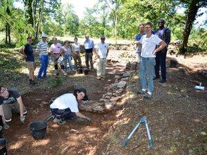 C'est toute une équipe qui débroussaille, creuse, tamise… et découvre les fondations de ce qui pourrait être un temple gallo-romain ayant existé il y a 2000 ans.