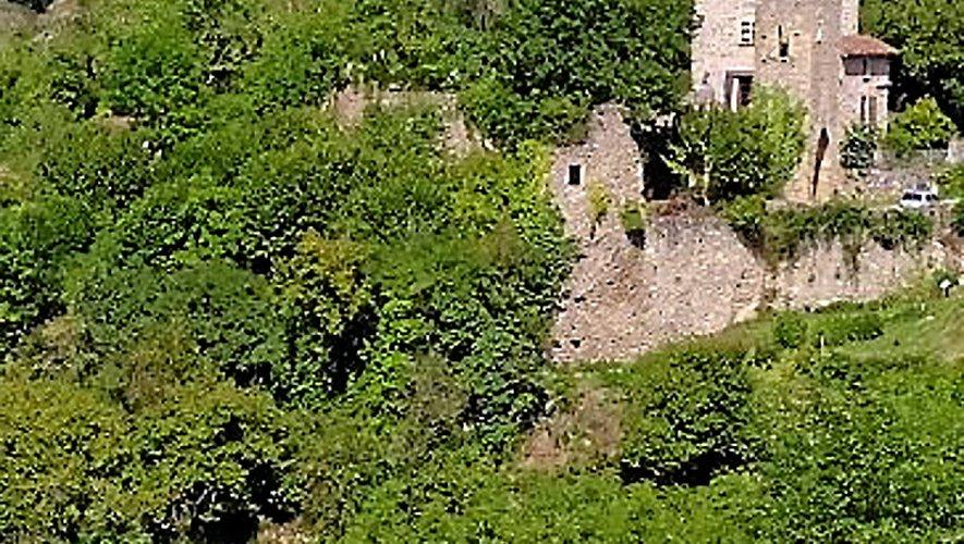 Peyrusse-le-Roc est un village naturellement fortifié, de par une situation géographique difficile d'accès.