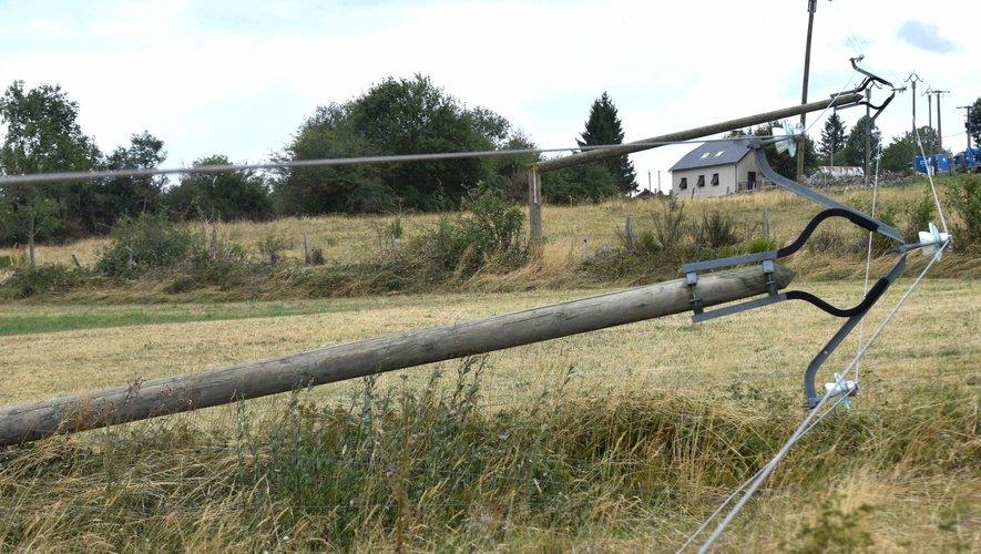 À Rieuzens, les poteaux de la moyenne tension tombés lors de l'orage.