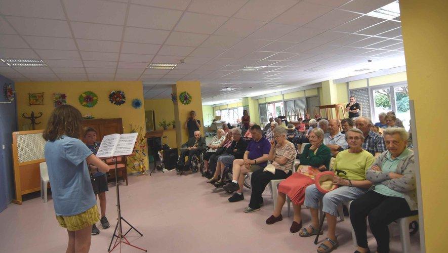 Les étudiants de l'Académie du festival en Vallée d'Olt donne un concert aux aînés de l' hôpital- maison de retraite Étienne Rivié.