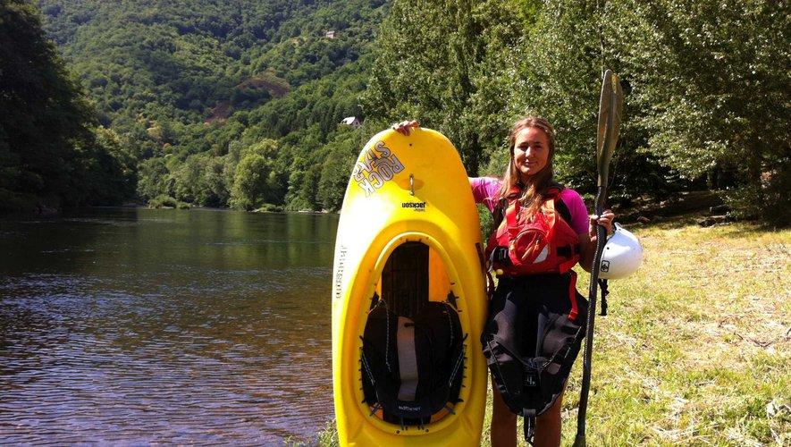 Charlotte Reniers, avec son kayak,au bord de la Truyère.