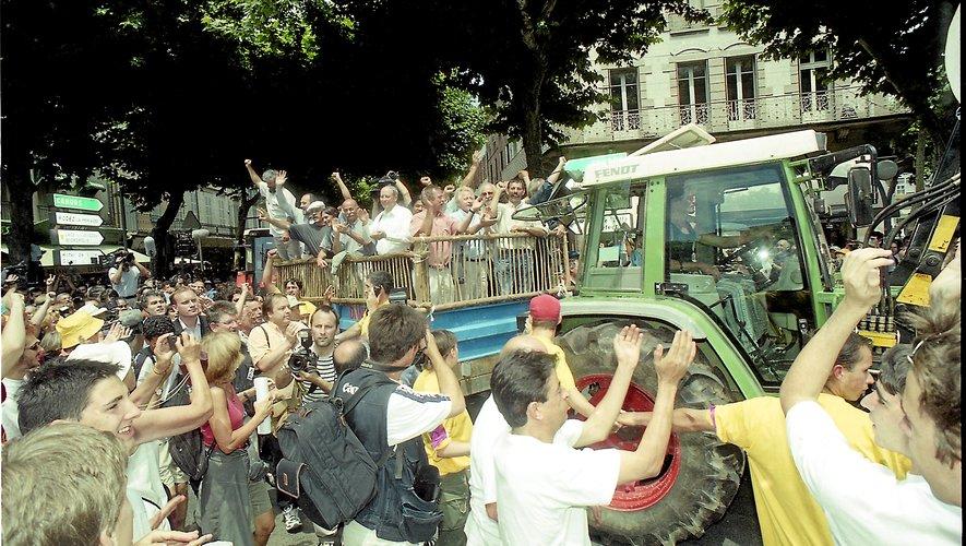 Le premier jour du procès de José Bové voit une mobilisation exceptionnelle dans les rues de Millau.