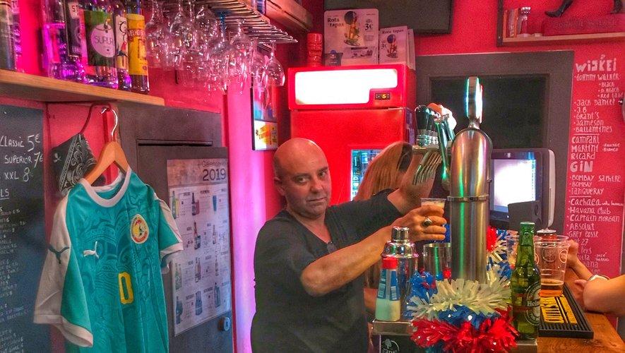 Au 29 de la Rua da Bica, Philippe et sa serveuse Naomi servent quotidiennement des centaines de touristes  venus du monde entier pour goûter aux nuits lisboètes.