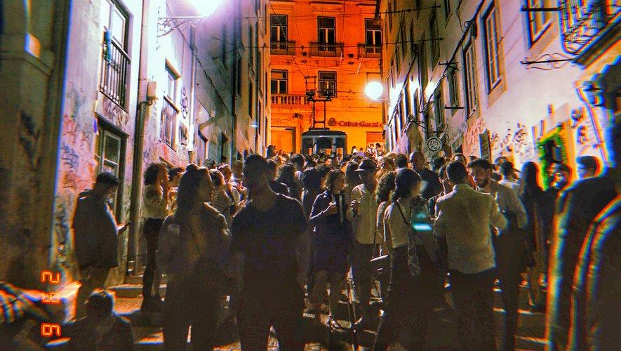 Dès la nuit tombée, la rua da Bica, au bas du quartier animé « Bairro Alto »,  se transforme en véritable « rue de la soif ».Mat.R.
