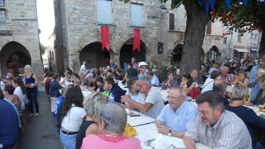 Succès pour le marché gourmand place des Conques à Villeneuve.
