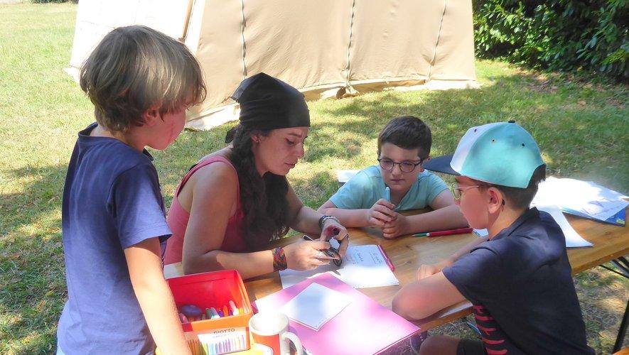 Les enfants réalisant un roman photos avec Marion.