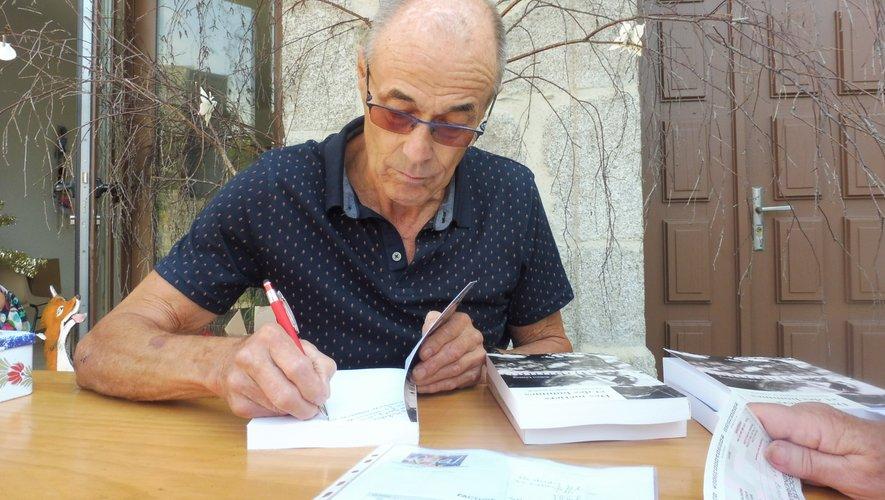 Robert Lestang dédicaçant un de ses livres.
