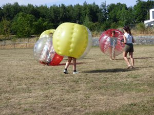 Le match de «bubble-foot  a séduit les jeunes au stade l'après-midi.