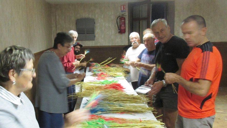 Une partie des bénévoles préparent les épis de blé distribués pendant les aubades