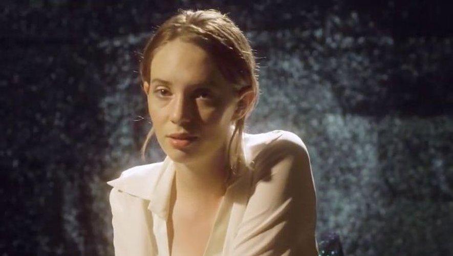 """La comédienne et chanteuse Maya Hawke dans le clip de """"To Love a Boy."""""""
