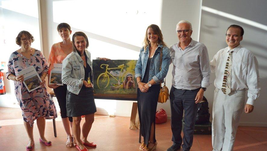 Milana présente son parfum avec Miss Aveyron en présence de l'office de tourisme du maire et Fabrice Eulry.
