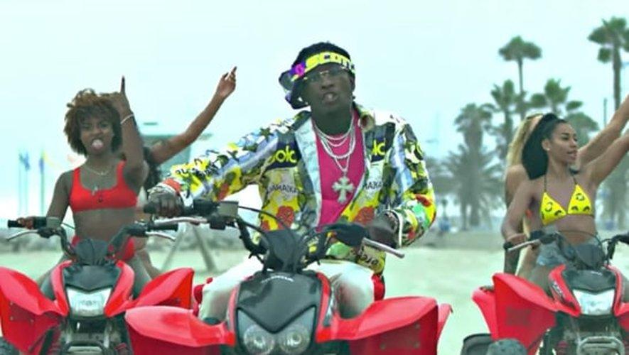 """Young Thug dans le clip de """"Surf"""" avec Gunna et des filles en maillots de bain sexy."""