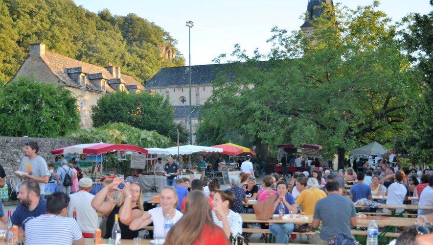 Le marché nocturne gourmand connaît un succès grandissant de semaines en semaines : il a fallu rajouter des tables sous les noyers !